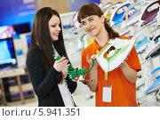 Купить «Консультант с покупательницей в магазине бытовой техники», фото № 5941351, снято 19 мая 2014 г. (c) Дмитрий Калиновский / Фотобанк Лори