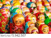 Купить «Русские матрешки на рынке», фото № 5942507, снято 18 августа 2013 г. (c) g.bruev / Фотобанк Лори