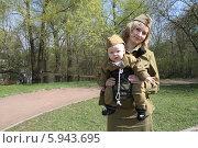 Купить «Мама и малыш в кенгуру в военной форме», эксклюзивное фото № 5943695, снято 8 апреля 2013 г. (c) Инна Козырина (Трепоухова) / Фотобанк Лори