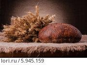 Купить «Свежий ржаной хлеб и колосья», фото № 5945159, снято 26 февраля 2013 г. (c) Natalja Stotika / Фотобанк Лори