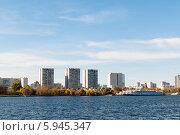 Жилые многоэтажки на берегу реки, район Северного речного вокзала в Москве. Стоковое фото, фотограф Денис Веселов / Фотобанк Лори