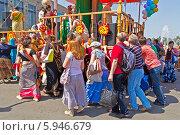 Купить «Ратха-ятра в Лужниках. Преданные толкают колесницу Господа Джаганнатха», фото № 5946679, снято 18 мая 2014 г. (c) Вячеслав Беляев / Фотобанк Лори