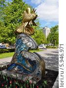 """Купить «Парковая скульптура """"Золотая рыбка"""" на улице Орджоникидзе, город Кемерово», фото № 5946971, снято 27 мая 2014 г. (c) александр афанасьев / Фотобанк Лори"""