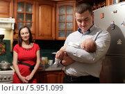 Купить «Молодой отец с новорождённым ребёнком на кухне», эксклюзивное фото № 5951099, снято 31 января 2014 г. (c) Дмитрий Неумоин / Фотобанк Лори
