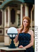 Купить «Юная девушка с рыжими волосами на прогулке в городе», эксклюзивное фото № 5951527, снято 27 мая 2014 г. (c) Игорь Низов / Фотобанк Лори
