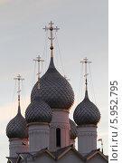 Купить «Ростов Великий. Купола храма в кремле», эксклюзивное фото № 5952795, снято 4 апреля 2014 г. (c) Дмитрий Неумоин / Фотобанк Лори