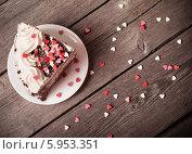 Купить «Кусок торта с посыпкой из сердечек», фото № 5953351, снято 26 мая 2014 г. (c) Майя Крученкова / Фотобанк Лори