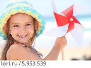 Купить «радостная девочка держит вертушку», фото № 5953539, снято 13 июля 2010 г. (c) Phovoir Images / Фотобанк Лори