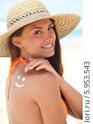 Купить «женщина наносит крем от загара», фото № 5953543, снято 13 июля 2010 г. (c) Phovoir Images / Фотобанк Лори