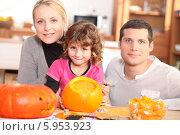 Купить «родители с дочкой готовят тыквы к Хэллоуину», фото № 5953923, снято 20 октября 2010 г. (c) Phovoir Images / Фотобанк Лори