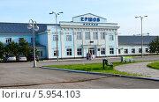 Купить «Ершов, люди на привокзальной площади», фото № 5954103, снято 13 мая 2014 г. (c) Анна Мартынова / Фотобанк Лори