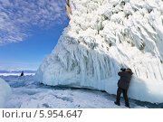 Зимний Байкал. Фотограф снимает наплесковые льды на скалах острова Ольхон. Стоковое фото, фотограф Виктория Катьянова / Фотобанк Лори