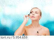 Купить «Красивая женщина красит ресницы тушью с помощью кисточки», фото № 5954659, снято 5 декабря 2013 г. (c) Syda Productions / Фотобанк Лори