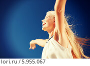Радостная девушка раскинула руки в стороны, радуясь солнечному дню, на фоне голубого неба. Стоковое фото, фотограф Syda Productions / Фотобанк Лори