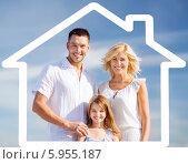 Купить «Счастливая семья в нарисованном доме на фоне голубого неба», фото № 5955187, снято 4 августа 2013 г. (c) Syda Productions / Фотобанк Лори