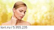 Купить «Молодая женщина с ухоженной кожей трогает ухо, слегка наклонив голову», фото № 5955235, снято 5 декабря 2013 г. (c) Syda Productions / Фотобанк Лори