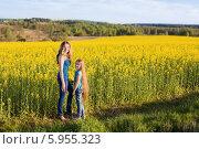 Купить «Мама с дочкой стоят у рапсового поля», фото № 5955323, снято 8 мая 2014 г. (c) Майя Крученкова / Фотобанк Лори