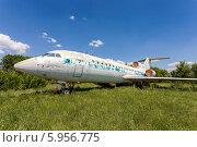 Купить «Старый самолет Як-42 на заброшенном аэродроме», фото № 5956775, снято 20 июля 2018 г. (c) FotograFF / Фотобанк Лори