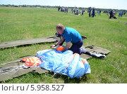 Купить «Укладка парашюта», эксклюзивное фото № 5958527, снято 31 мая 2014 г. (c) Наталья Горкина / Фотобанк Лори