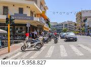 Туристические магазины на улице в Ханья, Крит (2013 год). Редакционное фото, фотограф Наталия Пылаева / Фотобанк Лори