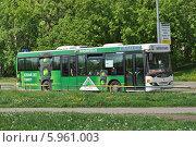Купить «Коммерческий автобус-автолайн № 199 двигается по улице Проезд Шокальского в районе Медведково, Москва», эксклюзивное фото № 5961003, снято 15 мая 2014 г. (c) lana1501 / Фотобанк Лори