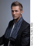 Элегантный стильный мужчина в сером шарфе. Стоковое фото, агентство BE&W Photo / Фотобанк Лори