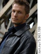 Привлекательный молодой мужчина в кожаном пиджаке. Стоковое фото, агентство BE&W Photo / Фотобанк Лори