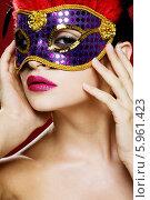 Купить «Загадочная девушка в карнавальной маске с перьями», фото № 5961423, снято 16 февраля 2019 г. (c) BE&W Photo / Фотобанк Лори
