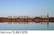 Вид на окраину города через реку. Стоковое фото, фотограф Александр Коноваленко / Фотобанк Лори