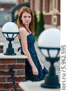 Купить «Красивая девушка в синем платье стоит возле уличных светильников», эксклюзивное фото № 5962595, снято 27 мая 2014 г. (c) Игорь Низов / Фотобанк Лори