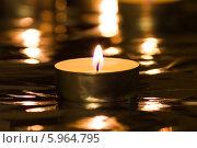 Купить «Одна зажжённая чайная свеча», фото № 5964795, снято 22 января 2014 г. (c) Anton Kozyrev / Фотобанк Лори