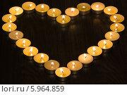 Купить «Сердце из чайных свечей на тёмном фоне», фото № 5964859, снято 26 января 2014 г. (c) Anton Kozyrev / Фотобанк Лори