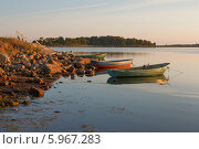 Купить «Соловецкое побережье с лодками летним солнечным вечером», фото № 5967283, снято 4 августа 2013 г. (c) Горшков Игорь / Фотобанк Лори