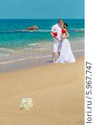Свадебный букет и новобрачные на пляже. Стоковое фото, фотограф Евгений Воробьев / Фотобанк Лори