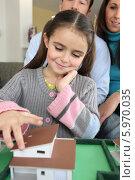 Купить «девочка смотрит макет дома», фото № 5970035, снято 21 января 2010 г. (c) Phovoir Images / Фотобанк Лори