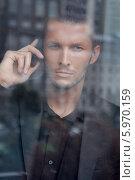 Портрет стильного мужчины с мобильным телефоном. Стоковое фото, агентство BE&W Photo / Фотобанк Лори