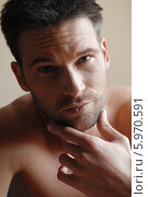 Купить «Портрет привлекательного мужчины с обнаженным торсом», фото № 5970591, снято 25 мая 2018 г. (c) BE&W Photo / Фотобанк Лори