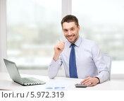 Купить «Молодой бизнесмен в рубашке и галстуке сидит за столом в офисе», фото № 5972319, снято 15 марта 2014 г. (c) Syda Productions / Фотобанк Лори