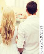 Купить «Романтическое свидание. Мужчина и женщина сложили сердечко с помощью пальцев рук», фото № 5972591, снято 14 июля 2013 г. (c) Syda Productions / Фотобанк Лори