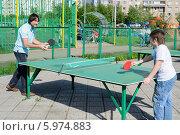 Купить «Папа с сыном играют в настольный теннис», эксклюзивное фото № 5974883, снято 17 мая 2014 г. (c) Володина Ольга / Фотобанк Лори