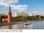 Купить «Кремлевская набережная Москвы-реки в летний день», фото № 5975739, снято 23 мая 2014 г. (c) Юлия Кузнецова / Фотобанк Лори