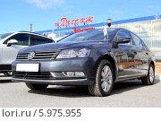 Купить «Автомобиль Volkswagen Passat», фото № 5975955, снято 1 июня 2014 г. (c) Art Konovalov / Фотобанк Лори