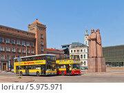 Купить «Два желтых двухэтажных экскурсионных автобуса на площади Латышских стрелков в Риге, Латвия», фото № 5975971, снято 25 мая 2014 г. (c) Иван Марчук / Фотобанк Лори