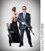 Модная пара - женщина и мужчина держат автоматы. Стоковое фото, фотограф katalinks / Фотобанк Лори