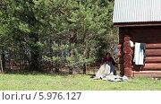 Пожилая женщина за работой. Стоковое видео, видеограф Кекяляйнен Андрей / Фотобанк Лори