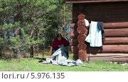 Пожилая женщина шьет одежду. Стоковое видео, видеограф Кекяляйнен Андрей / Фотобанк Лори