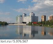 Купить «Река и городская вечерняя набережная. Кубань, Краснодар», фото № 5976567, снято 29 мая 2014 г. (c) Емельянов Валерий / Фотобанк Лори