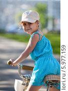 Довольная девочка катается на велосипеде, крупный план. Стоковое фото, фотограф Кекяляйнен Андрей / Фотобанк Лори
