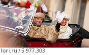 Люди в исторических одеждах едут в старом автомобиле, Cabalgata de Reyes Magos, Барселона. Редакционное фото, фотограф Яков Филимонов / Фотобанк Лори