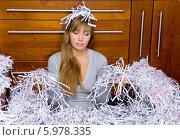 Купить «Девушка сидит на полу в куче бумаги, уничтоженной шредером», фото № 5978335, снято 20 июля 2018 г. (c) BE&W Photo / Фотобанк Лори